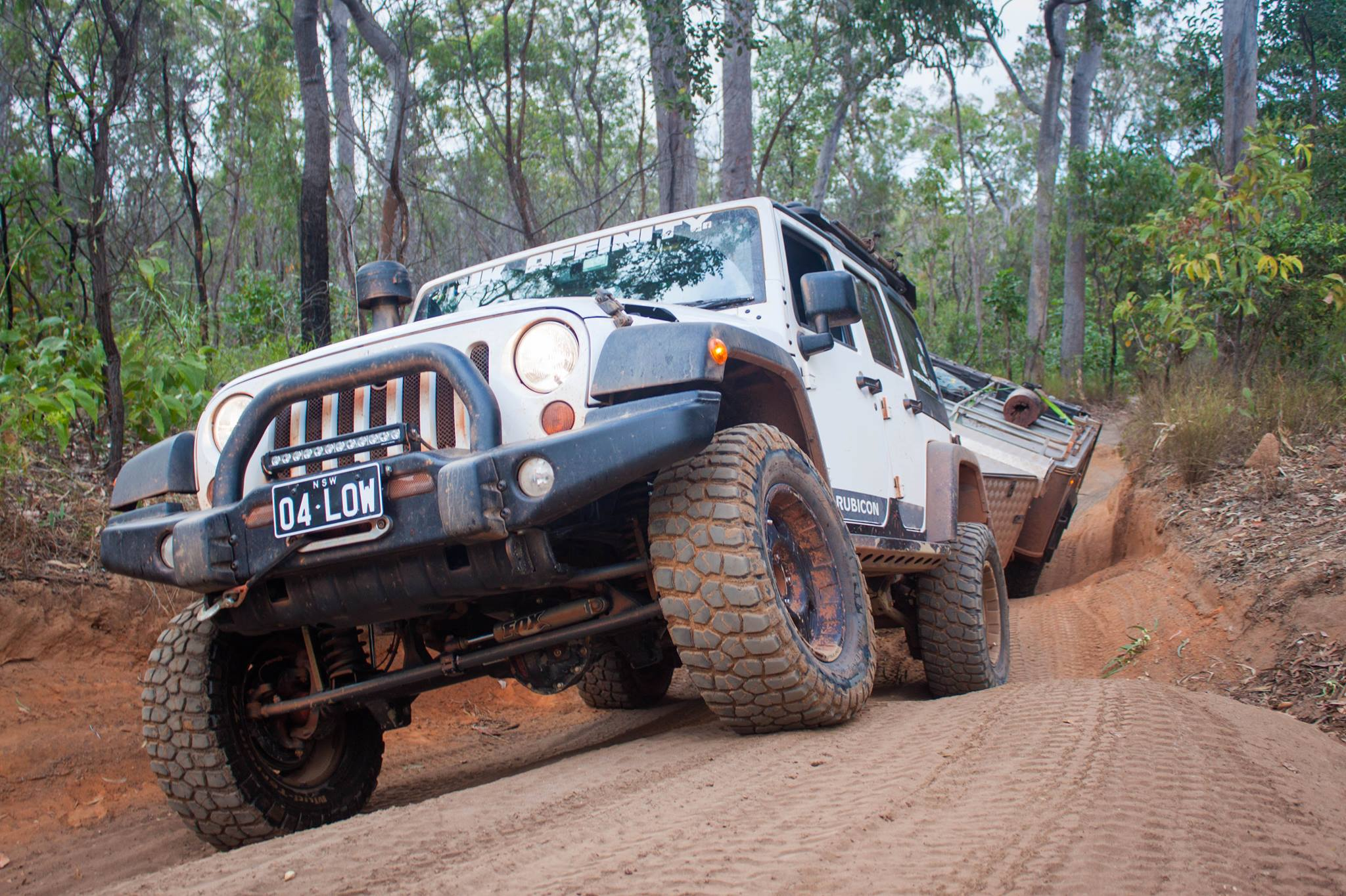 Jeep towing Traylor on uneven ground